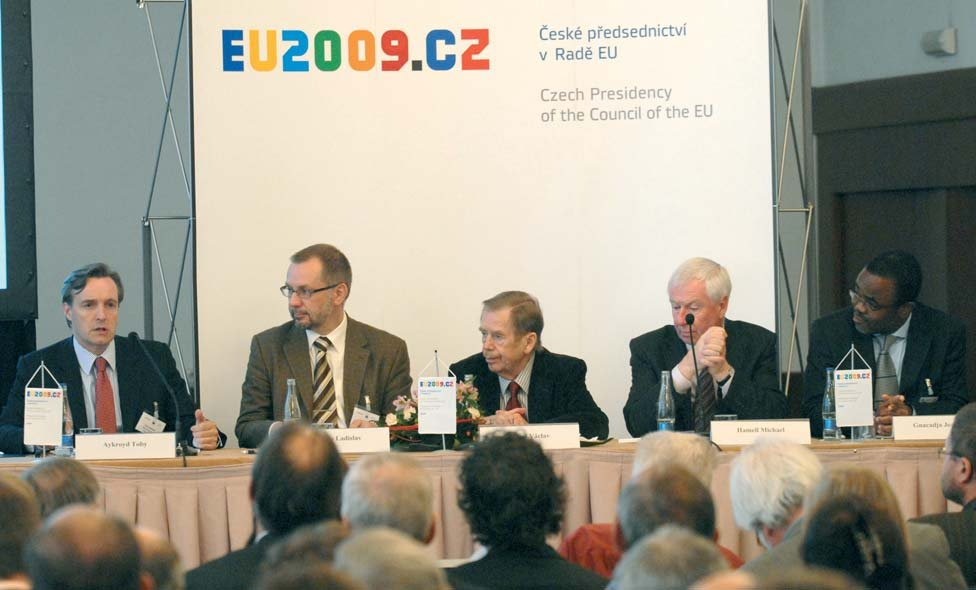 Keynote speakers for the opening session (left to right): Toby Aykroyd (Director, Wild Europe), Ladislav Miko (Environment Minister, Czech Republic), Vaclav Havel (former President, Czech Republic), Mike Hammell (Acting Director, European Commission, DG Environment), Luc Marie Gnacadja (Executive Secretary, United Nations CCD)