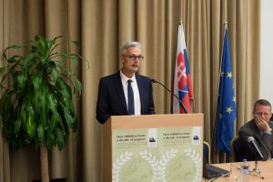 Harald Egerer at a speaker's podium
